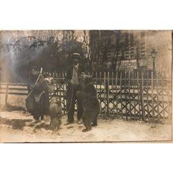 CPA montreur d´ours avec sa femme, enfant et un singe, photo argentique (vintage photo).