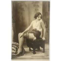 cpa-461-pisa-jeune-femme charmante-aux-cheveux-courts-assise-jambes-annees-20-vintage-postcard-1920