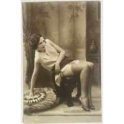 cpa-461-pisa-jeune-femme-aux-cheveux-courts-assise-jambes-annees-20-vintage-postcard-1920