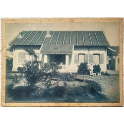 Indochine, Vintage photo, photo argentique, cyanotype, colon devant sa maison avec deux chiens