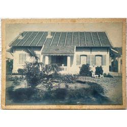 Indochine, Vintage photo, photo argentique, cyanotype, colon devant sa maison avec deux chiens